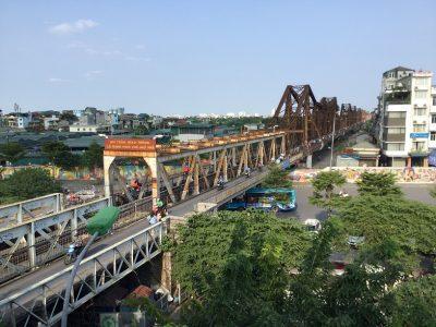 ロンビエン橋を眺めながらのサムネイル
